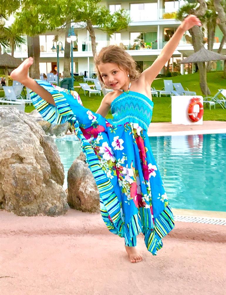 KINDER Cranio-Sacral Behandlung/Therapie, Mädchen mit blauem Kleid tanzt