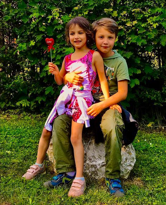 KINDER Cranio-Sacral Behandlung/Therapie, Mädchen sitzt bei Bruder auf dem Schoss